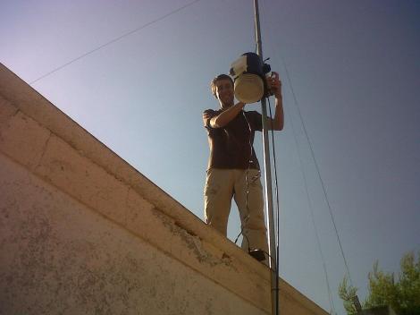 Rodrigo instalando una estación
