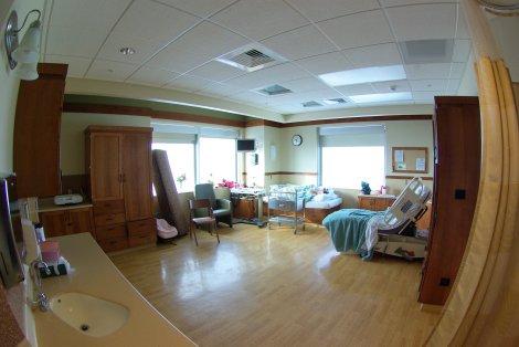 Sala de parto donde se han añadido elementos para hacerla más acogedora